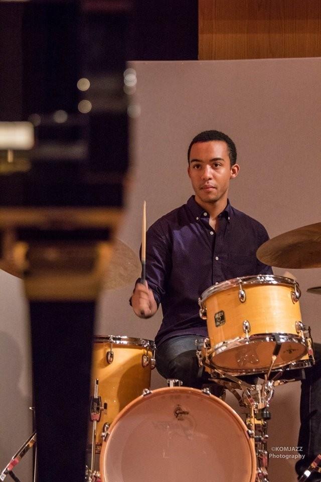 Кайл Бенфорд - Кайл – джазовый барабанщик, композитор и продюсер, в настоящее время учится в Juilliard School под руководством легенд Билли Драммонда и Кенни Вашингтона. В возрасте двух лет Кайл начал играть на фортепиано благодаря отцу. На протяжении многих лет Кайл занимался на различных инструментах и в 2011 году его выбор остановился на барабанах. В 2014 году Кайл участвовал в всемирно известном джазовом конкурсе Essential Ellington, где Уинтон Марсалис и Джефф Гамильтон отметили Бенфорда как лучшего барабанщика, которого они услышали на фестивале и присудили ему премию «Most Outstanding Drummer award».  Легендарный барабанщик Louis Hayes (Cannonball Adderley, John Coltrane, Joe Henderson и т. д.) описывает стиль молодого Бенфорда как «Абсолютно выдающийся». В настоящее время Кайл выступает в самых известных джазовых местах Нью-Йорка: Jazz At Lincoln Center, Small's, Smoke, The Blue Note и Zinc с таким музыкантами как Джонни Один, Салливан Фортнер, Мика Томас Рой Харгроув, Джош Эванс, Гиветон Гелин, Симус Блейк, Иммануил Уилкинс.